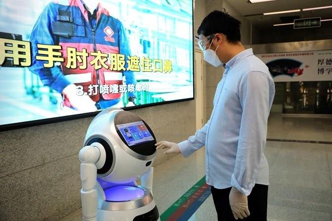 Robot Crurz có thể phát hiện người bị ốm và không đeo khẩu trang. Ảnh: UBTech.
