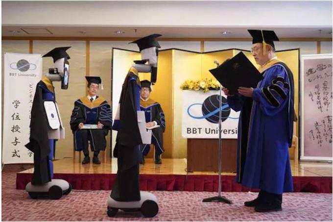 Robot thế thân lần lượt lên nhận bằng tốt nghiệp. Ảnh: BBT.