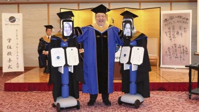 Robot Newme mặc trang phục truyền thống nhận bằng tốt nghiệp thay sinh viên. Ảnh: BBT.