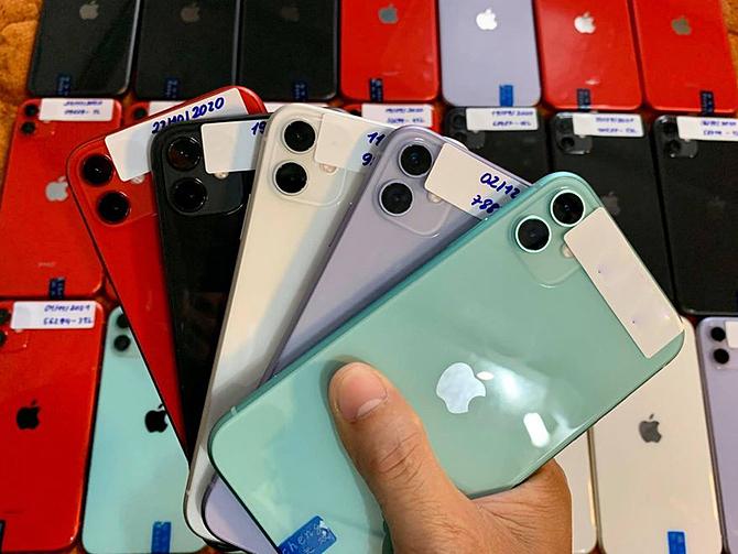Khó khăn trong việc kiểm tra máy khiến việc mua bán điện thoại cũ gặp khó khăn mùa Covid-19. Ảnh: NL