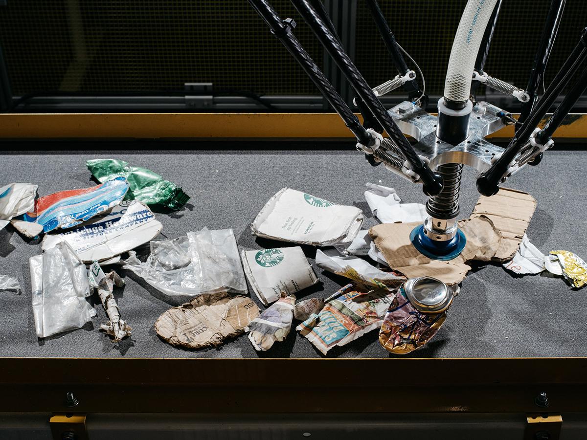Robot phân loại rác thải của AMP Robotics. Ảnh: NYT.