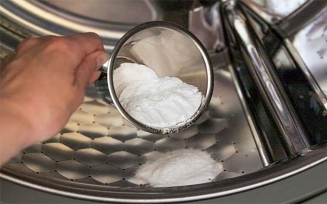 Sử dụng dấm hoặc bột baking soda trong quá trình vệ sinh lồng giặt mỗi tháng một lần là tốt nhất với máy giặt.