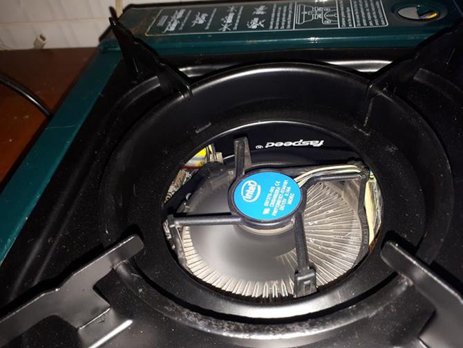 Phần quạt tản nhiệt của PC được hướng lên trên.