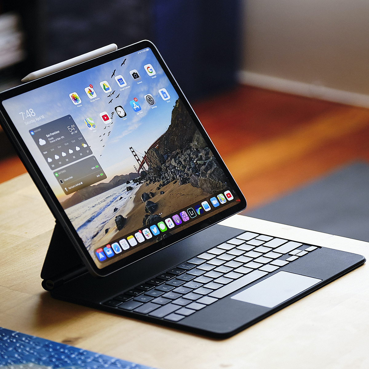 Magic Keyboard có thêm bàn rê chuột và thiết kế mới treo màn hình iPad lơ lửng. Ảnh: Theverge.