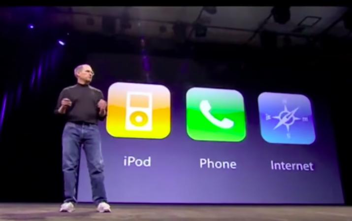 Steve Jobs trên sân khấu ra mắt iPhone năm 2007.