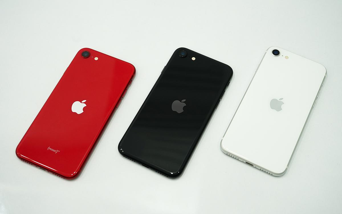 iPhone SE 2020 có ngoại hình giống hệt iPhone 8, khác biệt ở vị trị đặt logo quả Táo.