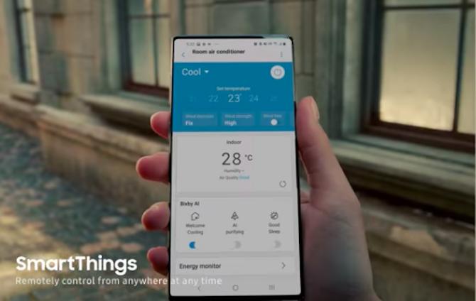 Smartphone không có camera dạng đục lỗ trong quảng cáo của Samsung.