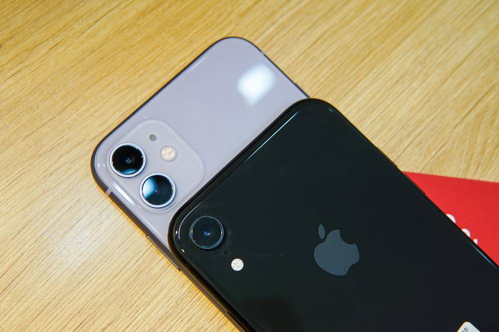 iPhone 11 (phía trên) giá gần 20 triệu đồng, nhưng vẫn trở thành chiếc iPhone bán chạy top đầu Việt Nam. Ảnh: Lưu Quý