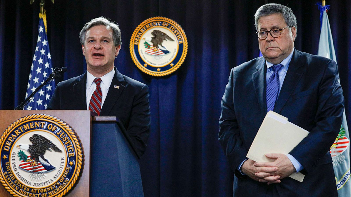 Tổng chưởng lý William Barr (bên phải) và giám đốc FBI Christopher Wray (bên trái). Ảnh: ABC News.