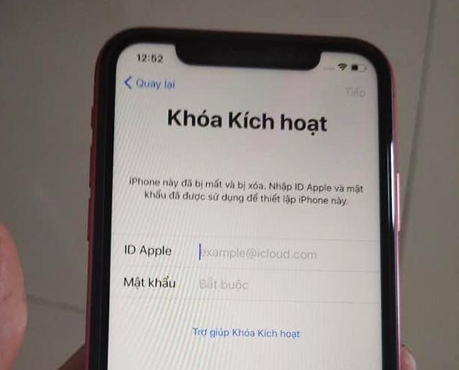 Chiếc iPhone của anh Phong bị khóa do chủ nợ dùng tính năng báo mất máy.