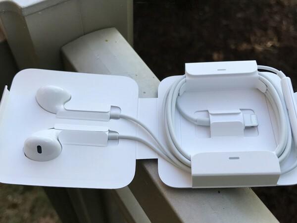 EarPods từng là phụ kiện mang tính biểu tượng của Apple. Năm 2012 tai nghe có vài thay đổi và được tặng kèm trong hộp phụ kiện của iPhone. Ảnh: iMore.