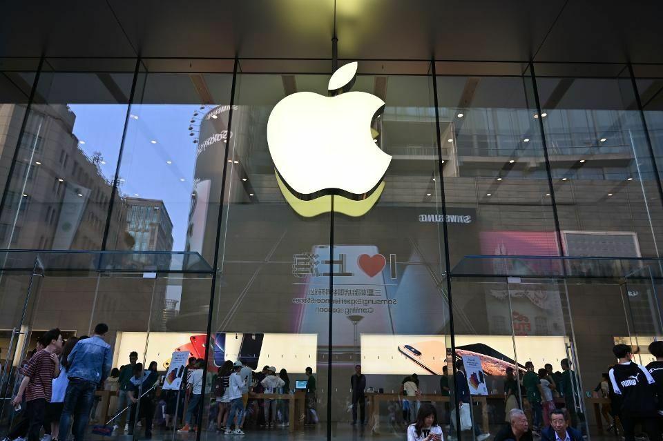 Apple đóng nhiều vai trò quan trọng tại Trung Quốc, trong đó tạo hàng trăm nghìn công ăn việc làm cho nước này. Ảnh: Forbes.