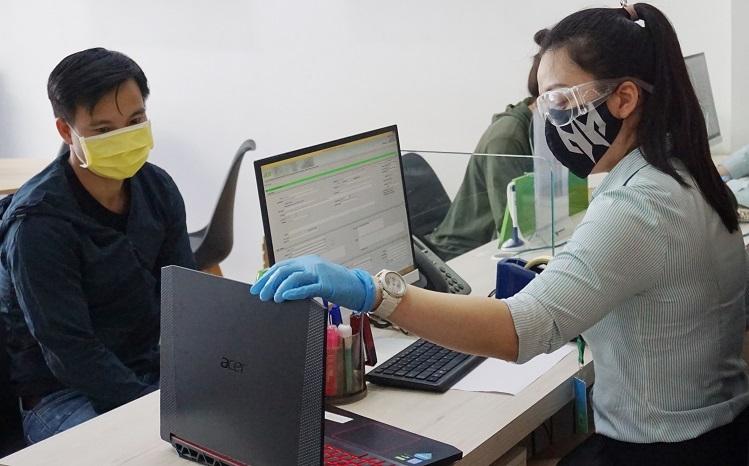 Nhân viên trung tâm bảo hành Acer đeo khẩu trang và kính bảo hộ trong khi tiếp khách. Ảnh: Hiền Trang.