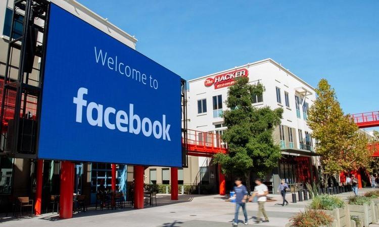 Bên ngoại tổng hành dinh Facebook tại bang California, Mỹ. Ảnh: AFP