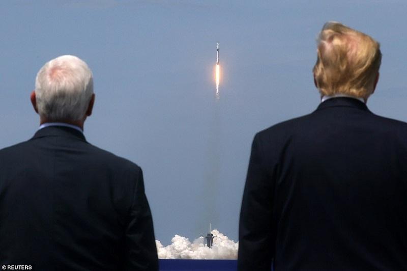 Tổng thống Donald Trump và Phó Tổng thống Mike Pence theo dõi vụ phóng tên lửa Falcon 9 hôm 31/5. Ảnh: Reuters.