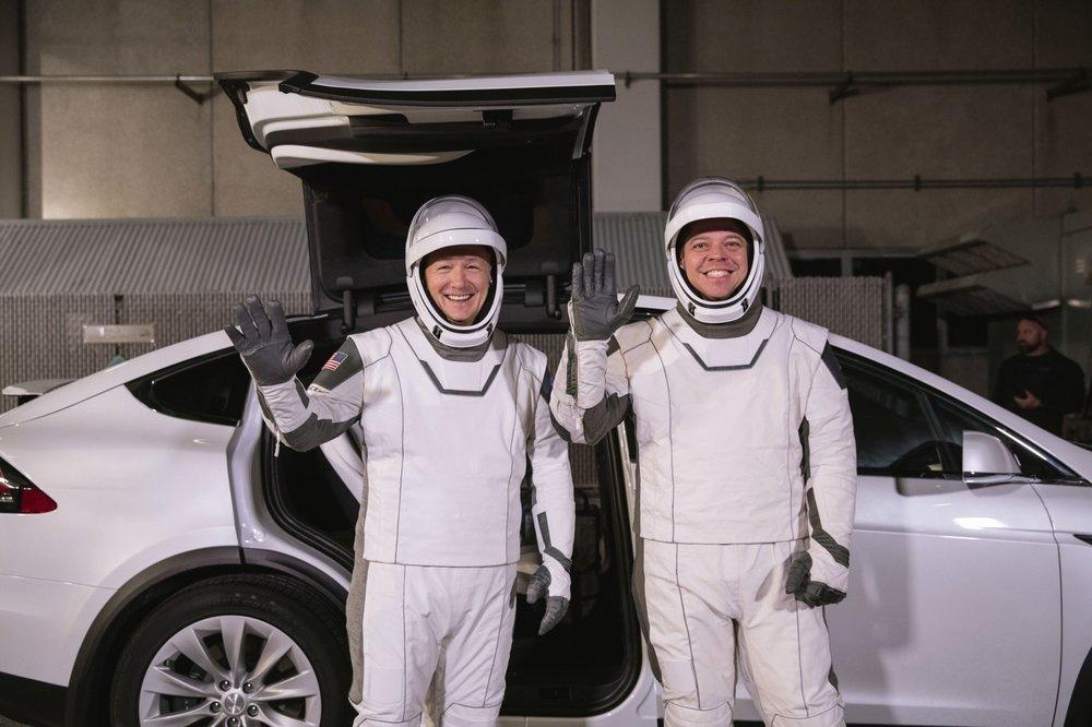 Doug Hurley và Bob Behnken trong bộ trang phục phi hành gia hoàn toàn mới do công ty của Musk thiết kế. Họ đến Trung tâm Vũ trụ Kennedy bằng chiếc Tesla Model X để chuẩn bị cho nhiệm vụ đưa SpaceX thành công ty tư nhân đầu tiên đưa người vào không gian. Ảnh: AP.