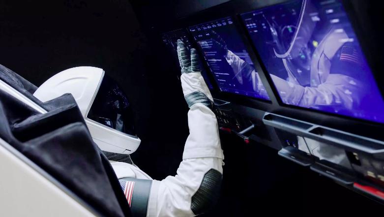 Phi hành gia trên tàuCrew Dragon thao tác thông qua màn hình cảm ứng hiện đại. Ảnh: SpaceX.