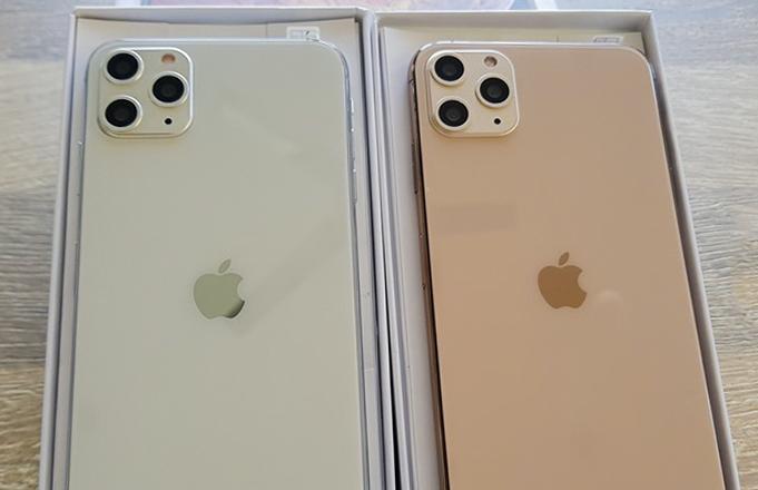 iPhone 11 Pro Max có thiết kế cụm camera và vị trí logo Quả táo giống hàng thật, nhưng ngoại hình kém hoàn thiện hơn hẳn.