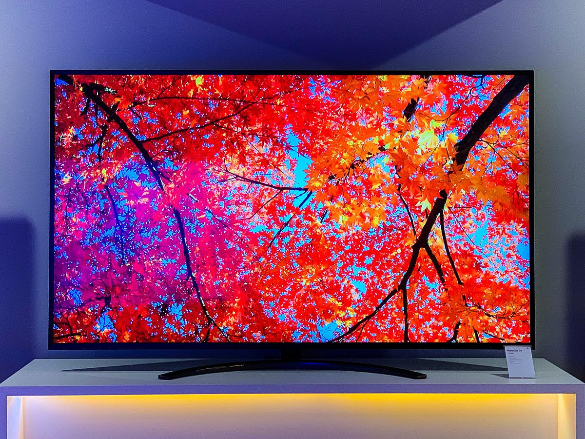 TV 4K càng lớn và cao cấp thì mức giảm giá càng nhiều so với giá ban đầu năm ngoái. Ảnh: Tuấn Anh.