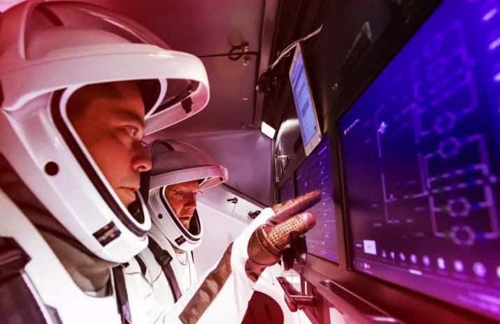 Bob Behnken, trái, và Doug Hurley làm quen với màn hình cảm ứng bên trong tàu vũ trụ SpaceX crew Dragon