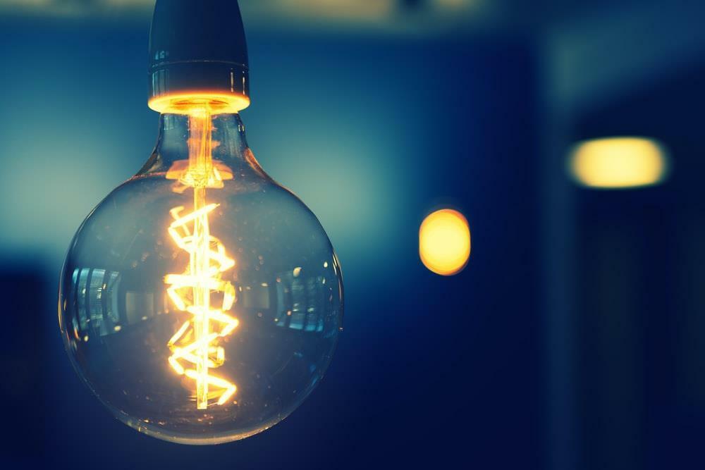 Những chiếc bóng đèn được đặc chế có thể là thiết bị nghe lén từ xa. Ảnh: Unsplash.