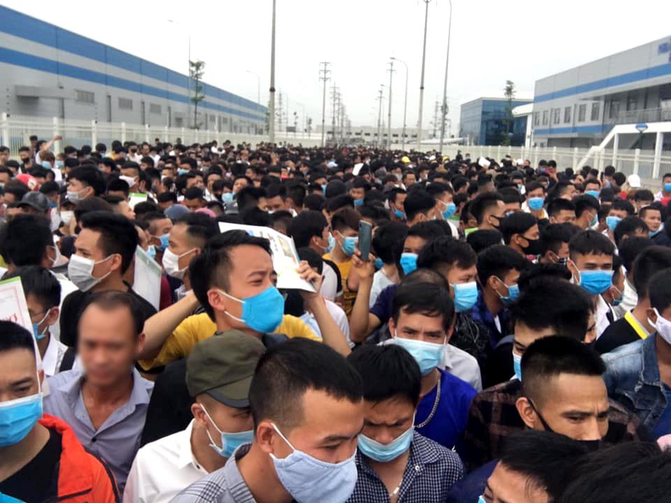 Nhiều người đến ứng tuyển làm việc tại nhà máy lắp ráp Airpods tại Bắc Giang. Ảnh: Group LuxshareICTVN