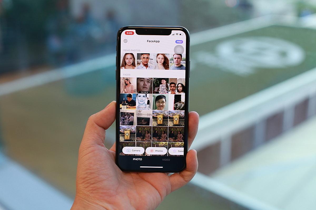 Thay vì cho người dùng lựa từng tấm ảnh muốn chỉnh sửa để tải lên, FaceApp sẽ yêu cầu quyền truy cập và đưa toàn bộ kho hình ảnh của mình lên điện toán đám mây để lưu trữ chứ không thực hiện chỉnh sửa ngay trên thiết bị.