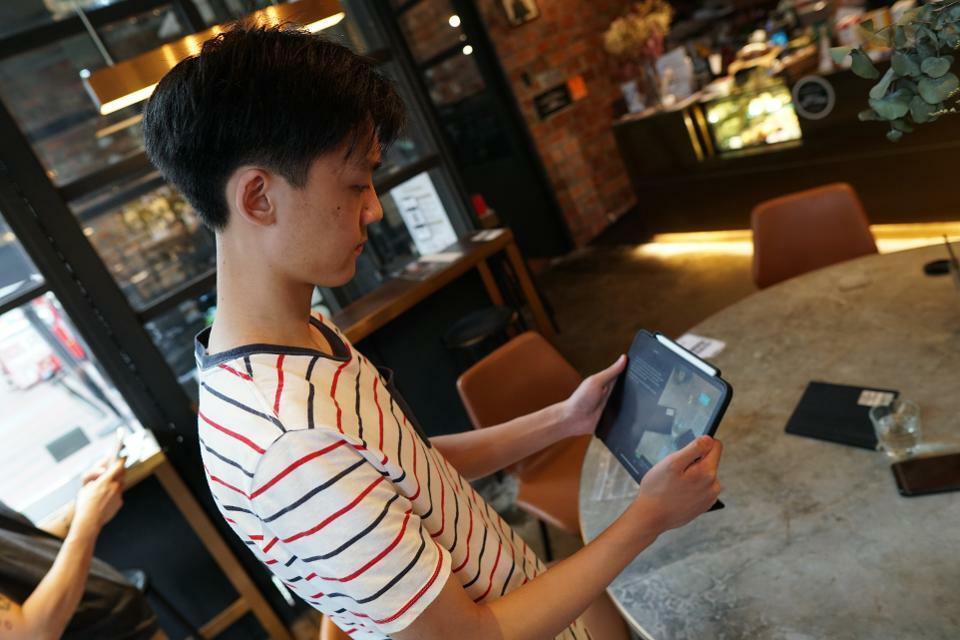 Zhang trình diễn ứng dụng của mình trên iPad Pro. Ảnh: Forbes.
