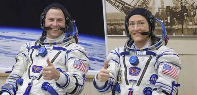 Các phi hành gia NASA, Nick Hague và Christina Koch, trong bộ đồ Sokol. (Nguồn ảnh: Business Insider)