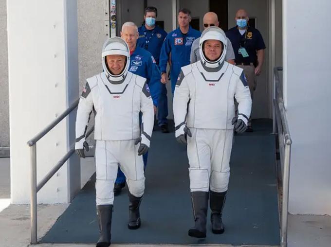 Hurley và Behnken ra mắt tại Trung tâm vũ trụ Kennedy của NASA trong buổi thử trang phục vào tháng 5.