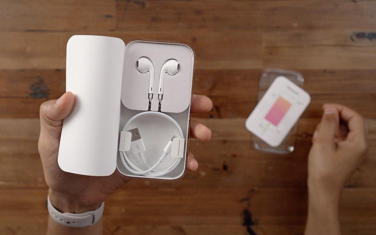 iPhone 12 có thể chỉ đi kèm cáp Lightning, không còn tai nghe và củ sạc. Ảnh: 9to5mac.