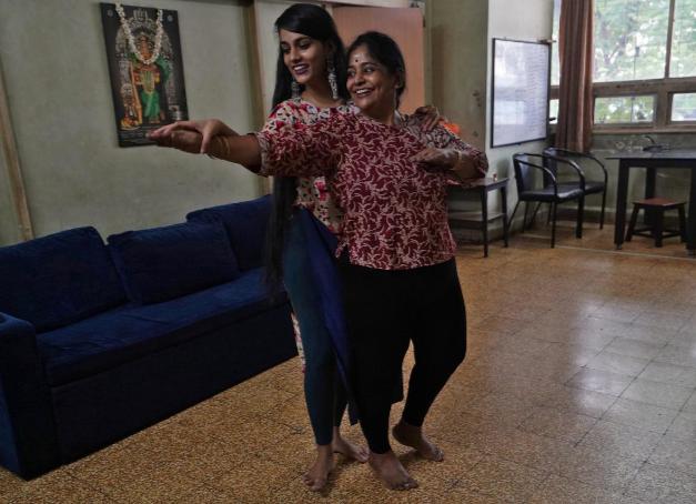 Geetha Sridhar (bên phải) và con gái Sarada Sridhar (bên trái) nổi tiếng trên TikTok với hơn một triệu người theo dõi. Ảnh: Reuters.