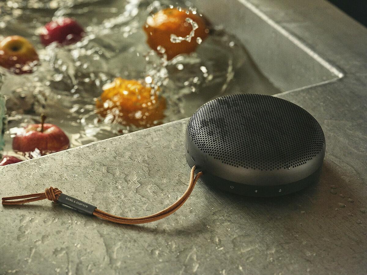 BeoSound A1 tích hợp trợ lý ảo Amazon Alexa nhưng thiết kế không dây hoàn toàn, nhỏ gọn và có chống nước.