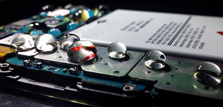Một điện thoại được bảo vệ bởi lớp phủ nano của P2i. Ảnh: P2i.