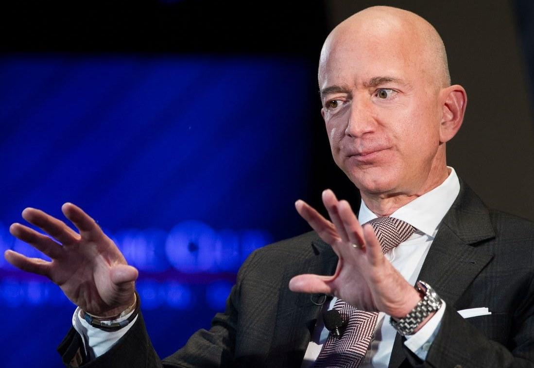 Jeff Bezos và chiếc Dual Time. Ảnh: AP.