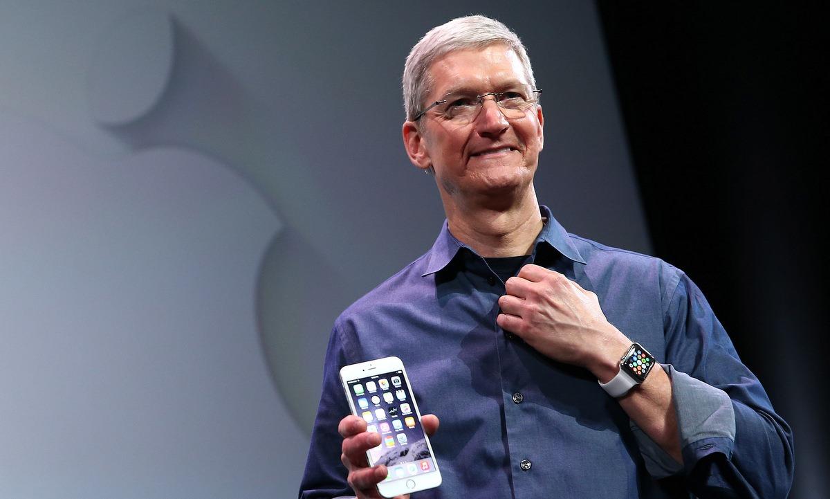 Tim Cook và Apple Watch trong một sự kiện năm 2014. Ảnh: Reuters.