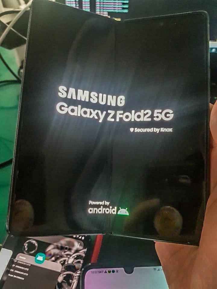 Galaxy Z Fold 2 dùng màn hình đục lỗ. Ảnh: hwangmh01.