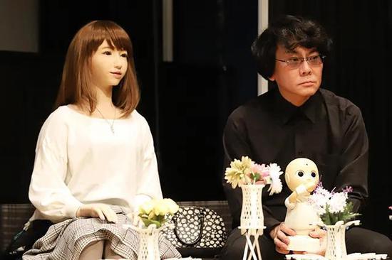 Erica và cha đẻ của mình, kỹ sư Hiroshi Ishiguro. Ảnh: Sina.