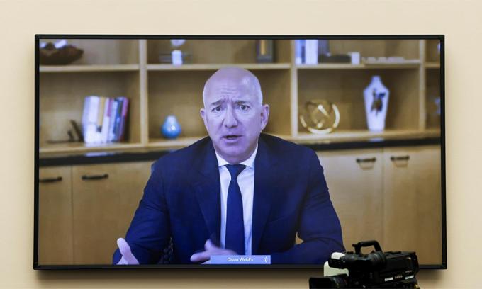 Jeff Bezos trả lời trực tuyến trong phiên điều trần đầu tiên của mình. Ảnh: Reuters.