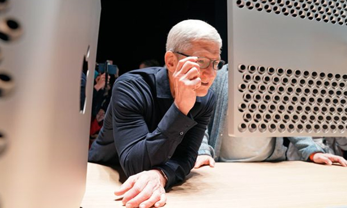 Tim Cook đang nhìn chiếc Mac Pro tại WWDC 2019. Ảnh: Reuters.