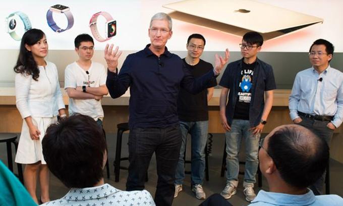 CEO Tim Cook gặp gỡ các nhà phát triển ứng dụng tại Apple Store Bắc Kinh. Ảnh: Zuma Press.