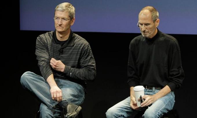 Tim Cook (trái) và Steve Jobs tại một cuộc phỏng vấn ở trụ sở Apple. Ảnh: AP.