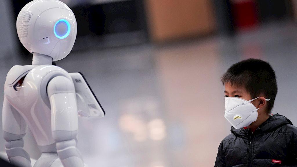 Robot được triển khai nhiều hơn trong đại dịch. Ảnh: Reuters.