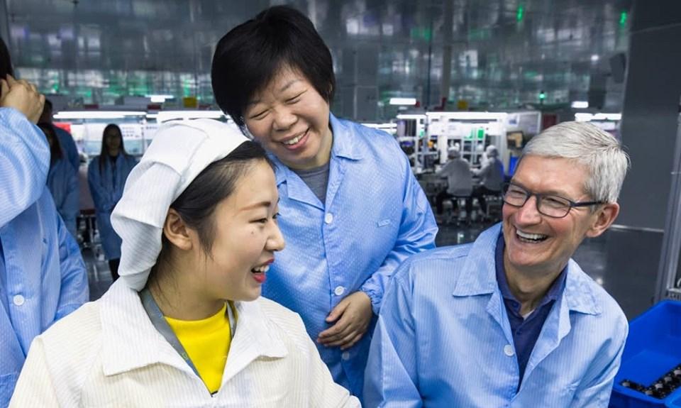 Giám đốc Wang (giữa) và CEO Apple Tim Cook tại nhà máy Luxshare ở Thượng Hải năm 2017. Ảnh: Nikkei.