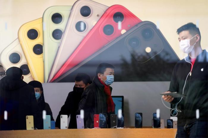 Bên trong một cửa hàng của Apple tại Thượng Hải. Ảnh: Reuters.