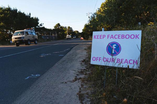 Những tấm biển phản đối Facebook được đặt dọc đường đi. Ảnh: Wweek.