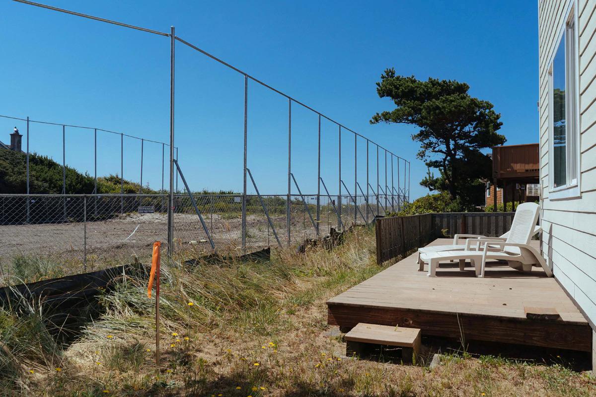 Hàng rào thép được Facebook xây dựng để bảo vệ khu đất xây cáp quang. Ảnh: Wweek.