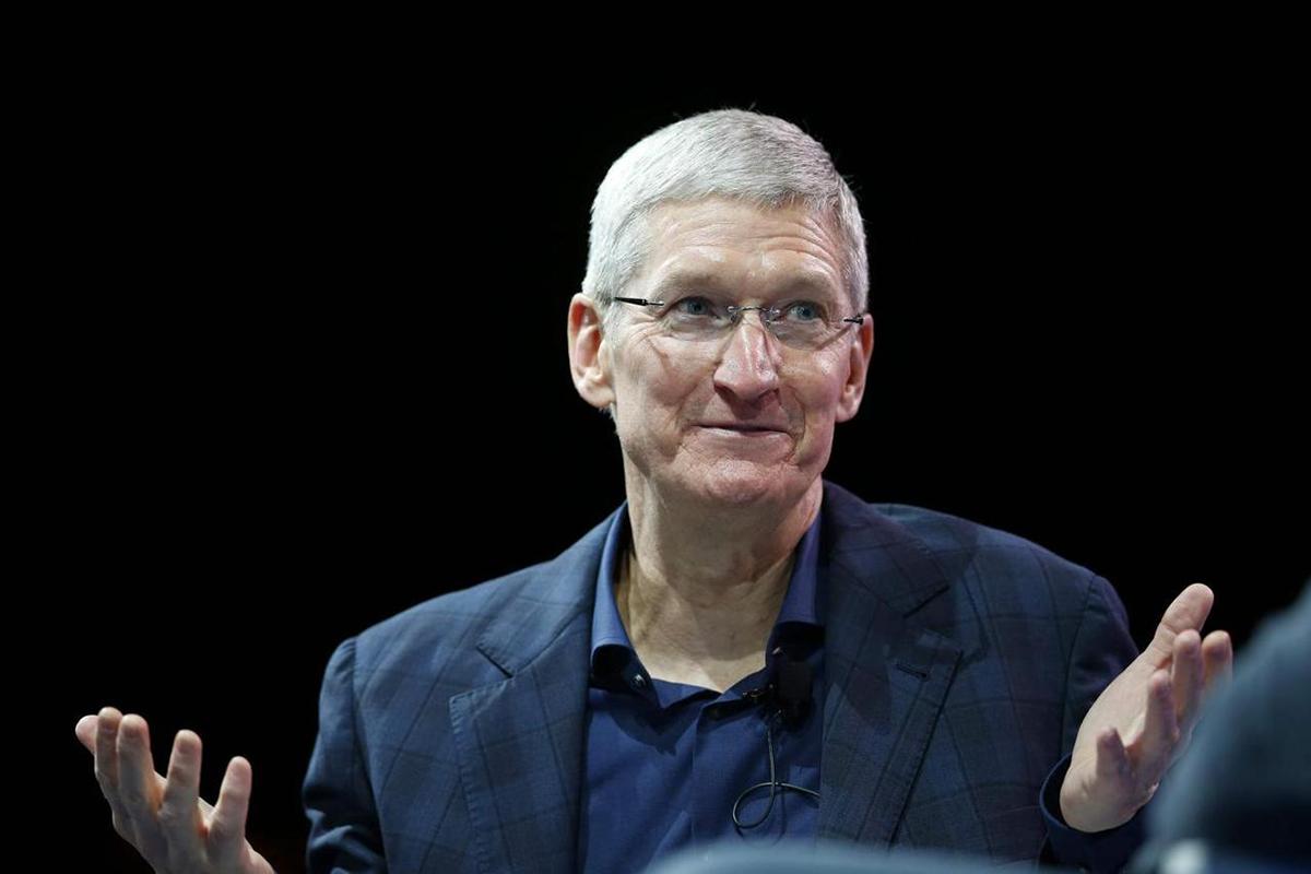 Tim Cook giúp Apple đa dạng hóa sản phẩm và dịch vụ, không bị phụ thuộc vào iPhone. Ảnh: Reuters.