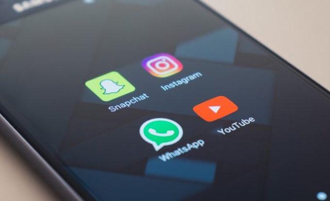 Nhiều người dùng công khai thông tin cá nhân của họ trên mạng xã hội. Ảnh: Unsplash.