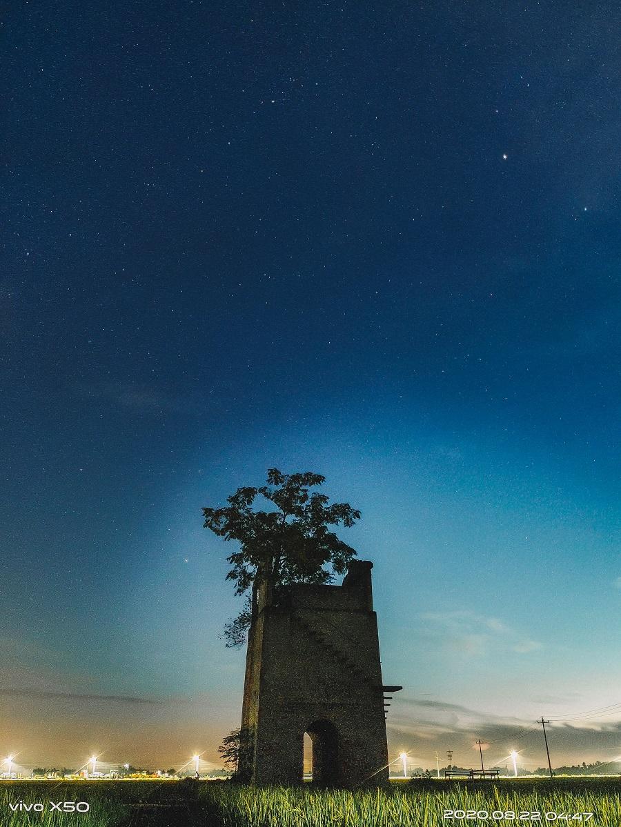 Bức ảnh chụp đêm của nhiếp ảnh gia Nguyễn Sơn Tùng, một trong những người đầu tiên tham gia cuộc thi tại Việt Nam.